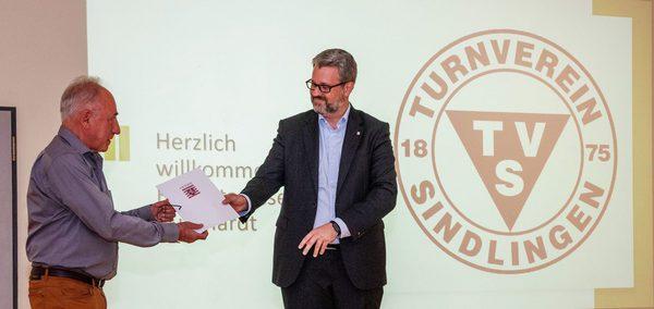 Digitalstaatssekretär Patrick Burghardt überreicht Förderbescheid