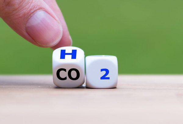 Würfel mit Aufschrift H und CO2