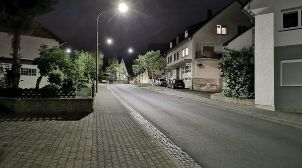Straße bei Nacht mit LED-Beleuchtung.
