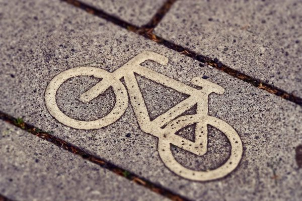 Fahrrad-Emblem auf Steinplatte
