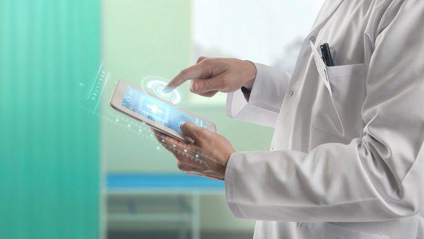 Mediziner haben die Möglichkeit, eine Zweitmeinung eines weiteren intensivmedizinischen Kollegen oder einer Kollegin direkt per App einzuholen.