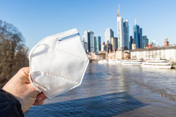Corona-Schutzmaske vor der Skyline von Frankfurt