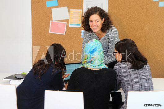 Flüchtlingshilfe - Bild mehrerer Frauen an einem Notebook