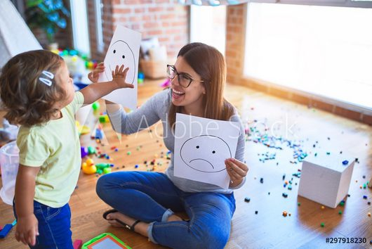 Patenschaften - Bild einer Frau die mit einem Kind spielt